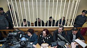 Während des ersten Prozesses: die Angeklagten hinter Gittern im Saal.