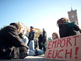Demonstranten versammeln sich vor dem Roten Rathaus in Berlin.