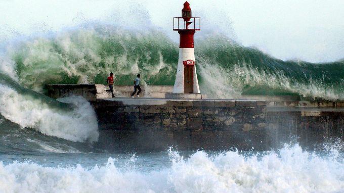 Ein Brecher erfasst Kapstadts Hafen Kalk Bay.