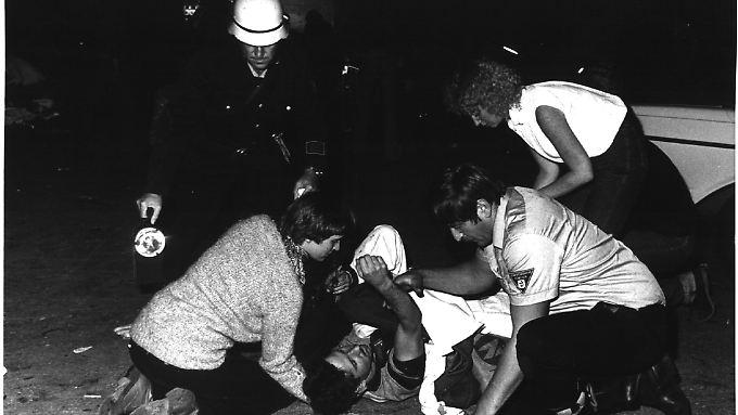 Feuerwehr und Festbesucher kümmern sich um einen Verletzten.