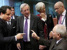 Juncker verfolgt ein Gespräch zwischen Schäuble (rechts) und dem niederländischen Finanzminister De Jager. Im Hintergrund IWF-Chefin Lagarde.