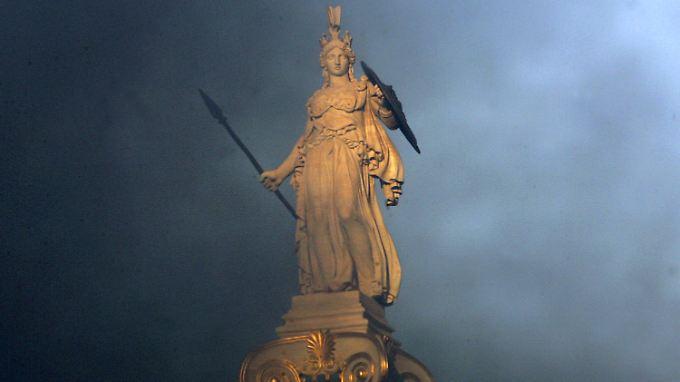 In der Hauptstadt ist die Statue der griechischen Göttin Athene nach Protesten von Rauch umhüllt.
