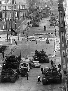 Ende Oktober 1961: sowjetische (hinten) und US-amerikanische Panzer (vorn) an der Berliner Sektorengrenze in der Friedrichstraße, am sogenannten Checkpoint Charlie.
