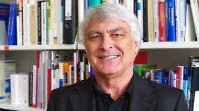 """Gerd Glaeske leitet den Arbeitsbereich """"Versorungsforschung im Bereich Arzneimittel und sonstiger Leistungen"""" im Zentrum für Sozialpolitik der Universität Bremen."""