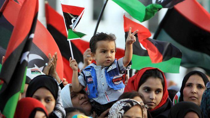 Menschen in Tripolis feiern das Ende des Gaddafi-Regimes.