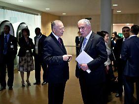 Der palästinensische Außenminister Rijad al-Malki (r.) im Gespräch mit dem Generalsekretär der Organisation für Islamische Zusammenarbeit, Ekmeleddin Ihsanoglu.