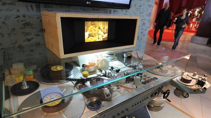 """Historischer Schneidetisch in der Ausstellung """"Traumfabrik 100 Jahre Film in Babelsberg"""". Die Dauerausstellung bietet in Themenräumen einen Überblick von der Ideenschmiede, der Produktion bis zur Premiere."""