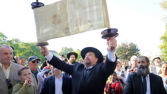Rabbi Nachum Pressman mit der Thorarolle für eine im September eingeweihte Synagoge in Potsdam.