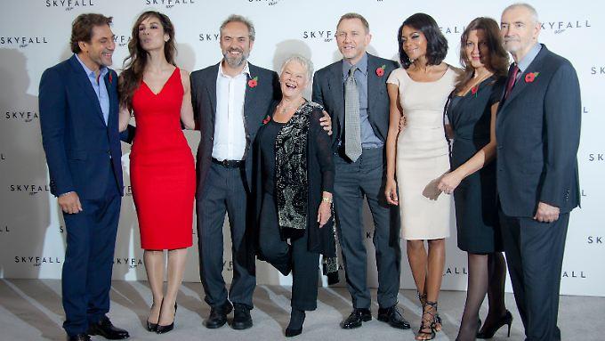 """Das """"Skyfall""""-Team stellt sich vor: Sam Mendes (3.v.l.) mit Javier Bardem, Berenice Marlohe, Dame Judi Dench, Daniel Craig, Naomi Harris und die Produzenten Barbara Broccoli und Michael G. Wilson. (v.l.)"""