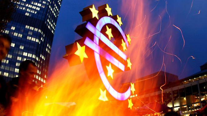 """""""Occupy""""-Aktivisten haben vor der Frankfurter Zentrale der EZB ein Feuer gemacht."""