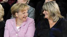 Früher Vorbild, heute nicht mehr? Alice Schwarzer (r) mit Kanzlerin Merkel.