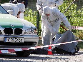 Polizisten sichern den Tatort in Heilbronn. Die Theresienwiese ist der zentrale Festplatz der Stadt.