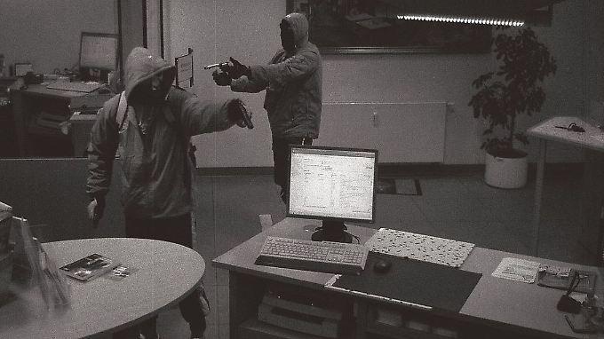 Bilder der Überwachungskamera von einem Bankraub in Arnstadt am 9. September, der Uwe B. und Uwe M. zur Last gelegt wird.