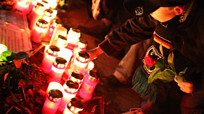Rund 300 Menschen nahmen in Hannover an Robert Enkes zweitem Todestag an einem Trauermarsch teil.