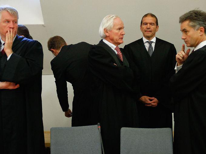 Anwälte im Einsatz: Der Rechtsbeistand von Deutschlands größter Bank und ihrem früheren Chef Rolf Breuer.