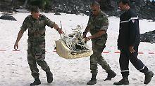 Geborgene Wrackteile des Airbus werden in Sicherheit gebracht.