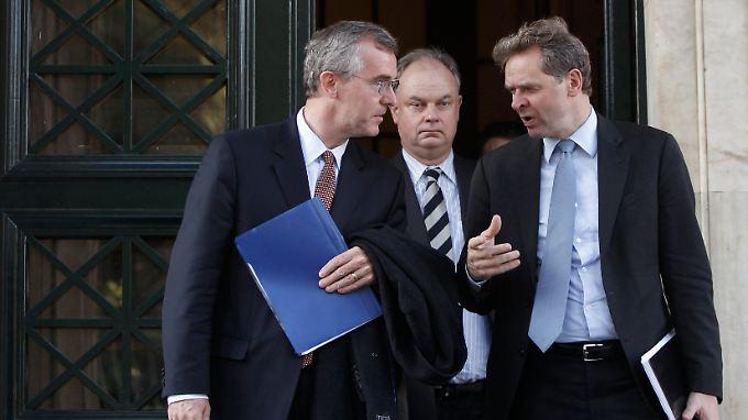Die Ratlosigkeit ist ihnen ins Gesicht geschrieben: die IWF-Inspekteure Thomson (r.) und Bob Traa (l.) nach einem Treffen mit dem LAOS-Chef George Karatzaferis in Athen.