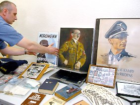 """Im Jahr 2005 beschlagnahmtes Material der Neonazigruppe """"Hauptvolk""""."""