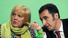 Die Bundesvorsitzenden der Grünen, Claudia Roth und Cem Özdemir, ernst ...