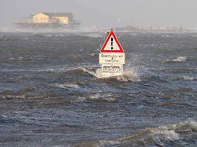 Die Sturmflut setzt den gesamten Sandstrand und die Salzwiesen vor St. Peter-Ording unter Wasser.