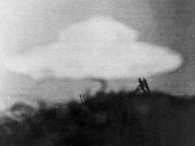 Eine angebliche fliegende Untertasse, aufgenommen von einem 13-jährigen Jungen am 15. Februar 1954 in Coniston in Großbritannien. Das Foto wurde 1960 auf einem  Internationalen Kongress der Ufo-Forscher in Wiesbaden gezeigt.