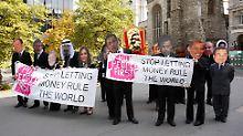 Demonstranten in London mit den Masken der Staatschefs der G20-Staaten.