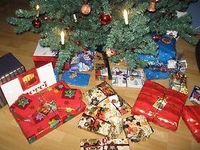 Schöne Bescherung: Damit sich zu den Geschenken nicht eine Zecke gesellt, soll der Baum nicht gleich nach dem Kauf aufgestellt werden.
