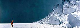 """Der Künstler Gerhard Rießbeck hat die Arbeit der Antarktisforscher in Ölgemälden dokumentiert. Dieses Bild entstand 2005 während einer Expeditionsreise des AWI-Forschungsschiffes """"Polarstern""""."""