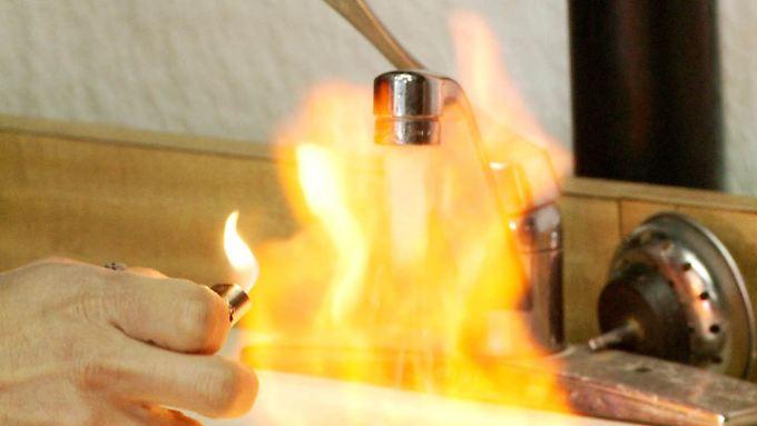 """Brennende Wasserhähne haben nichts mit """"Fracking"""" zu tun, beharrt die Industrie."""