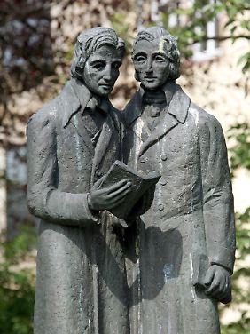 Das Denkmal der Brüder Wilhelm (l) und Jacob Grimm auf dem Brüder-Grimm-Platz in Kassel.