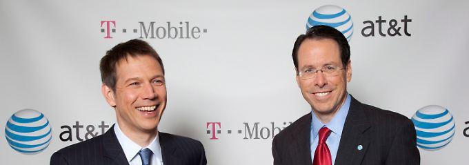 Im März sah es noch aus wie ein perfektes Geschäft: Rene Obermann und AT&T-Chef Randall Stephenson (r.).