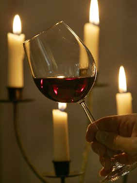 Stimmungsvoll, aber nichts für jeden Abend: das berühmte Glas Rotwein.