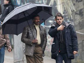 "Tom Twyker (r.) instruiert Schauspieler Keth David am Set von ""Cloud Atlas""."