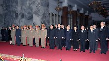 Kim Jong Un mit Gefolge: Kim Yong Nam (6.v.r), Kim Kyong Hui (4.v.r.).