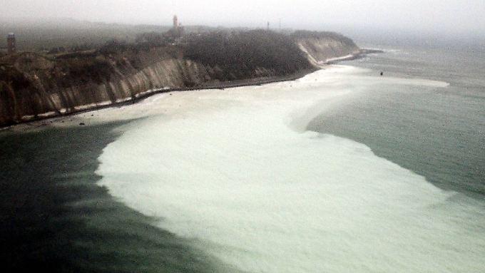 Das kreideweiß gefärbte Wasser zieht aufs offene Meer hinaus.