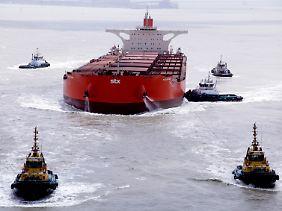 """Mindestens vier, besser sechs Schlepper zum Rangieren: Am Beispiel der """"Vale Beijing"""" zeigen sich Größe der neuen Riesenschiffe - und ihre typischen Schwierigkeiten."""