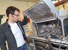 Uwe Schröder zeigt seinen Versuchsaufbau zum Thema Stromerzeugung aus Bakterien.