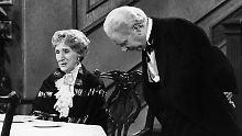 """Ein Muss: """"Dinner for One"""" am 31. Dezember in der Flimmerkiste. Hier: Freddie Frinton als Diener James und May Warden als alleinspeisende alte Dame Miss Sophie."""