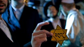 Spaß am Tabubruch: Ein Ultraorthodoxer lässt sich mit einem Judenstern fotografieren.