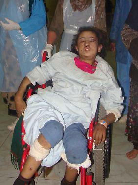 Das misshandelte Mädchen auf dem Weg ins Krankenhaus.