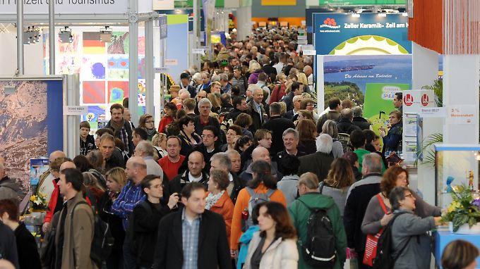Andrang bei der Urlaubsmesse CMT in Stuttgart - laut der Studie: greifen die Deutsche für Reisen tief in die Tasche.