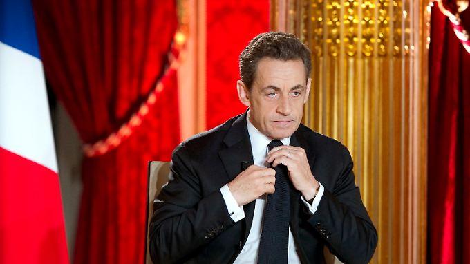 Sarkozy nutzt ein Fernsehinterview, um die neue Steuer anzukündigen.