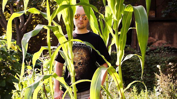 Verspiegelte Sonnenbrille, Mais, Heavy-Metal-Shirt: Das gehört alles zum Kosmos von Jericho.