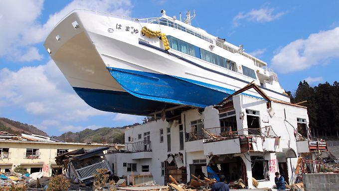 Schwere Schäden nach Erdbeben und Tsunami in Japan.