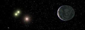 Die Illustration der Universität Göttingen zeigt ein Sternsystem mit drei Zwergsternen. Die nun entdeckte Super-Erde GJ667Cc umkreist den mittleren Zwergstern.