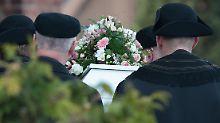 Chantals Sarg wird nach der Trauerfeier aus der Kreuzkirche im Hamburger Stadtteil Kirchdorf zur Beerdigung getragen.