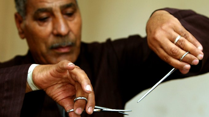 Ein Barbier aus Ägypten zeigt, wie er einst Mädchen beschnitten hat. Auch Mädchen aus Deutschland droht der Eingriff.