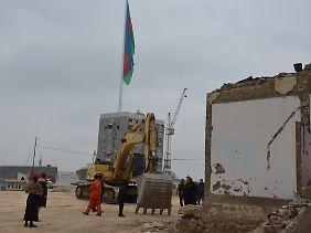 """Abrissarbeiten am """"Platz der Nationalen Flagge"""". Der Flaggenmast ist übrigens 162 Meter hoch - das war Weltrekord, bis in Tadschikistan ein drei Meter höherer Mast aufgestellt wurde."""