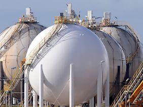Kugelförmige Tankanlagen auf dem Gelände der Raffineriegesellschft ConocoPhillips in Wilhelmshaven.