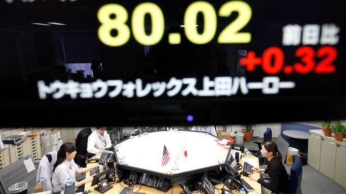 Devisenhändler in Tokio: Auf der Anzeigetafel der Wechselkurs von Yen zum Dollar.